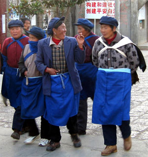 Wearing blue aprons and caps, Chinese ladies go home from work in Yunnan Province/></td> </tr> </tbody> </table> <table border=