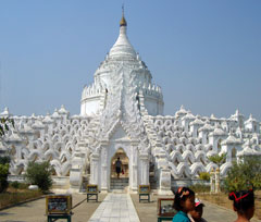 LLocated in Mingun (near Mandalay), the Hsinbyume Pagoda is built in circular terraces representing mountain ranges.